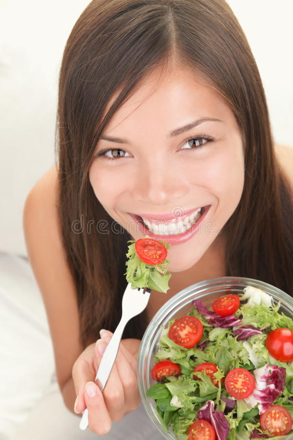 Mulher que come a salada saudável fotos de stock royalty free
