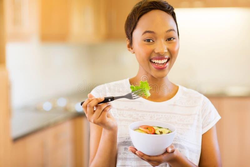 Mulher que come a salada vegetal imagens de stock