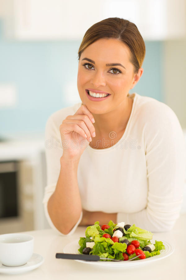 Mulher que come a salada verde fotos de stock royalty free