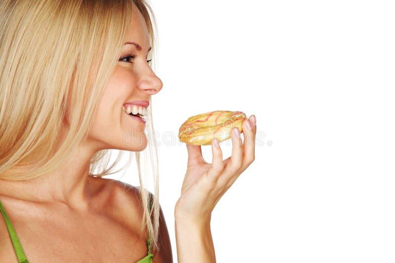 Mulher que come um bolo foto de stock