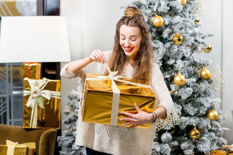 Mulher que comemora feriados de inverno fotos de stock