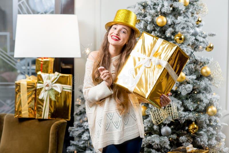 Mulher que comemora feriados de inverno foto de stock