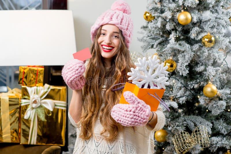 Mulher que comemora feriados de inverno fotografia de stock