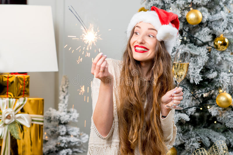 Mulher que comemora feriados de inverno imagens de stock