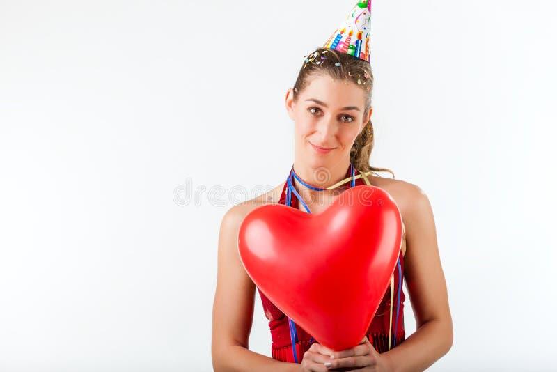 Mulher que comemora o aniversário ou o dia de Valentim fotos de stock