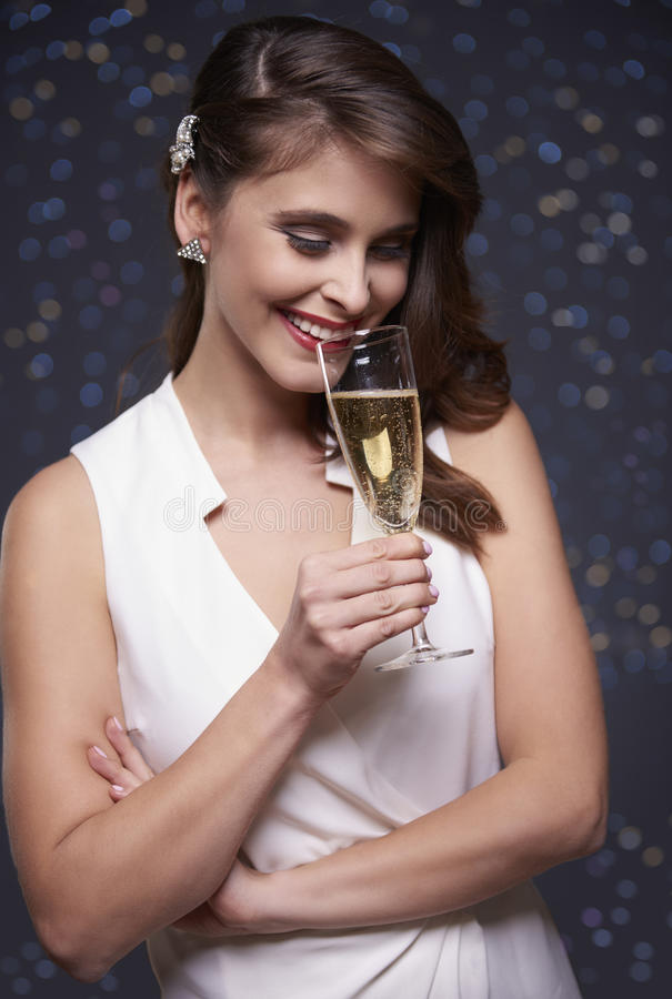 Mulher que comemora a véspera do ` s do ano novo imagem de stock