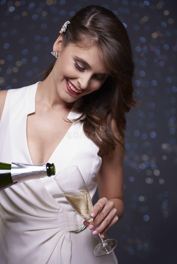 Mulher que comemora a véspera do ` s do ano novo imagens de stock