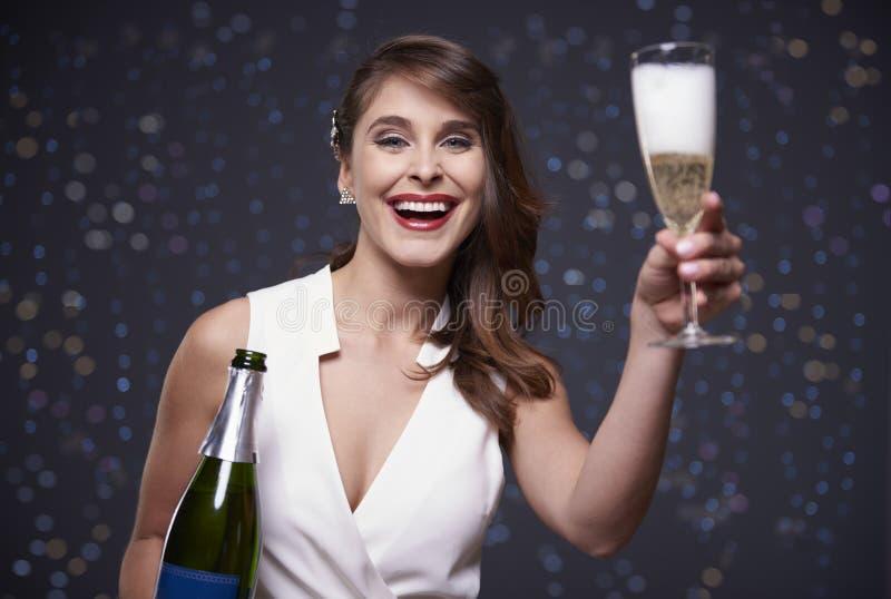 Mulher que comemora a véspera do ` s do ano novo fotos de stock royalty free