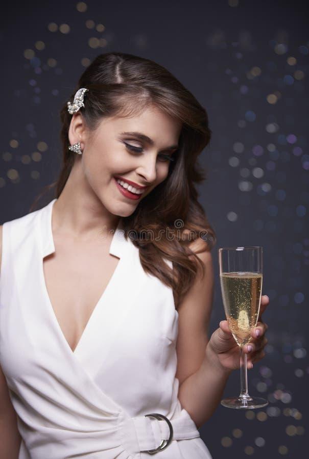 Mulher que comemora a véspera do ` s do ano novo fotografia de stock royalty free