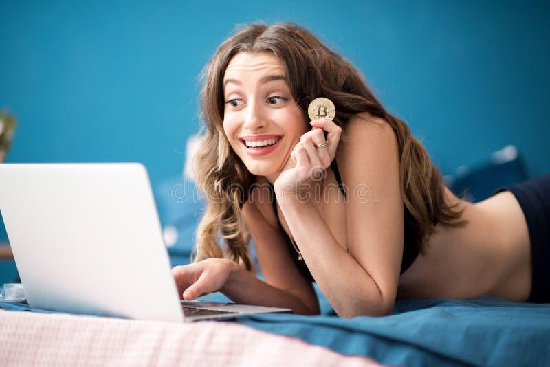 Mulher que compra em linha com cryptocurrency imagem de stock