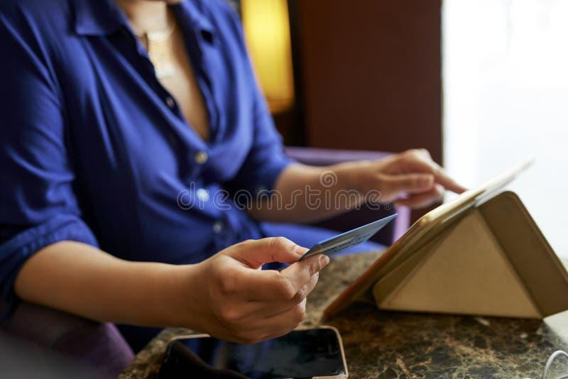 Mulher que compra em linha fotos de stock royalty free
