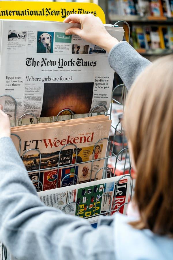 Mulher que compra o jornal de New York Times imagens de stock royalty free