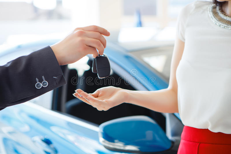Mulher que compra um carro fotografia de stock