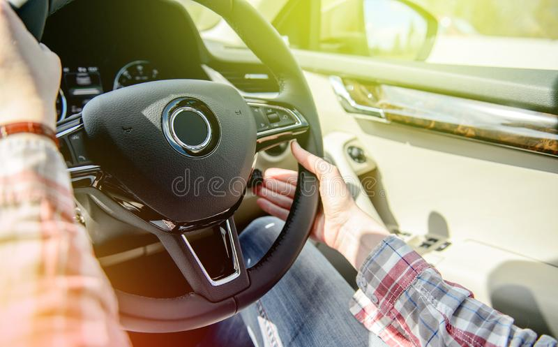 Mulher que conduz a movimentação da mão esquerda fotografia de stock