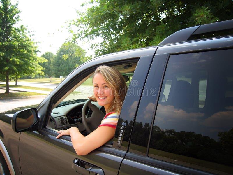 Mulher que conduz o carro fotos de stock