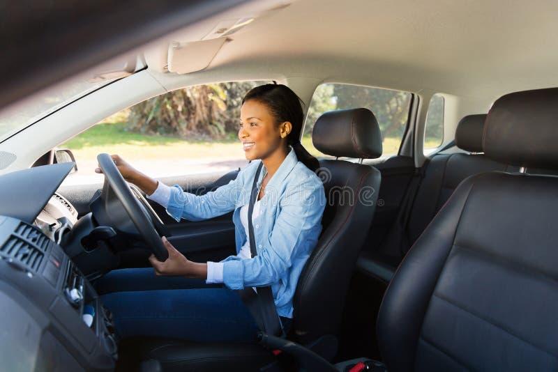 Mulher que conduz o carro fotografia de stock