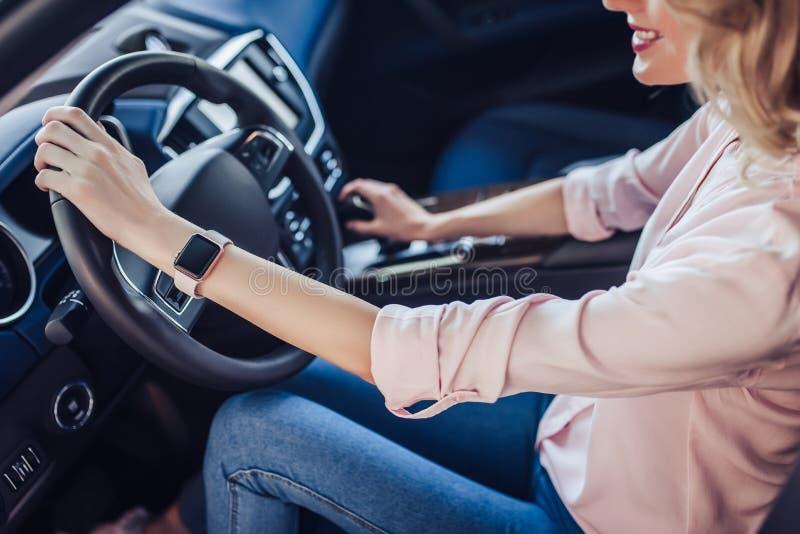 Mulher que conduz o carro novo imagens de stock royalty free
