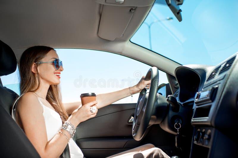 Mulher que conduz seu carro foto de stock royalty free