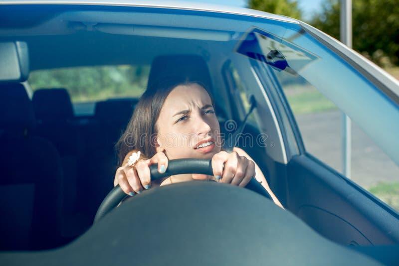 Mulher que conduz seu carro foto de stock