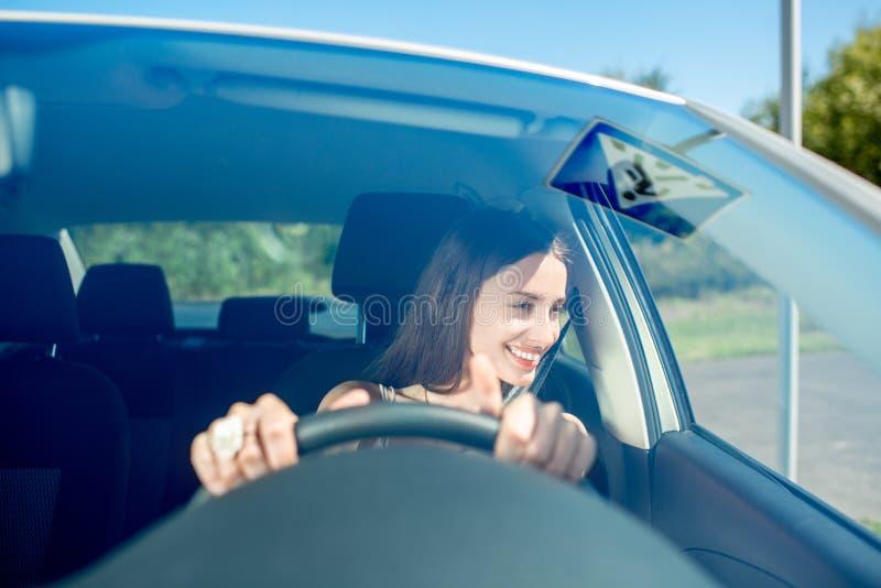 Mulher que conduz seu carro imagens de stock royalty free