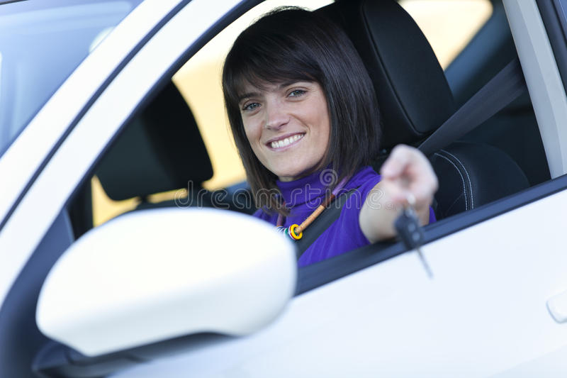 Mulher que conduz seu carro novo imagem de stock royalty free