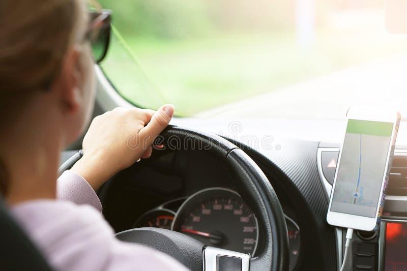 Mulher que conduz um carro Vista traseira imagens de stock