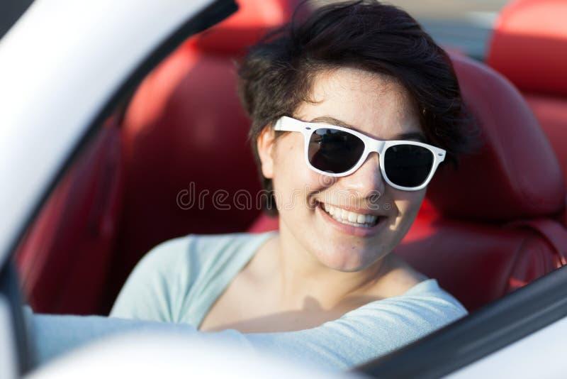 Mulher que conduz um Convertible imagem de stock
