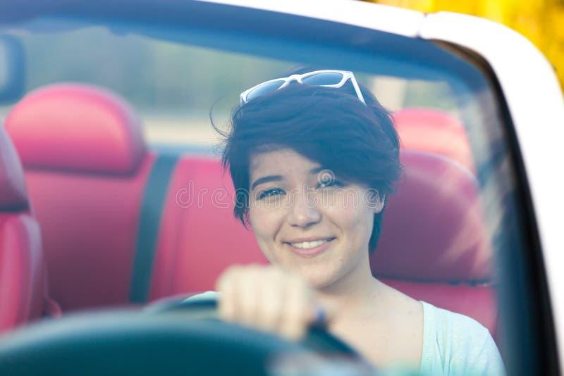 Mulher que conduz um Convertible imagens de stock