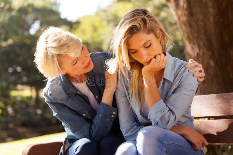 Mulher que consola a filha triste imagens de stock royalty free