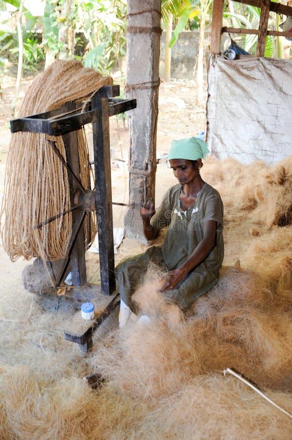 Mulher que constrói uma corda natural em Kollam na Índia fotos de stock