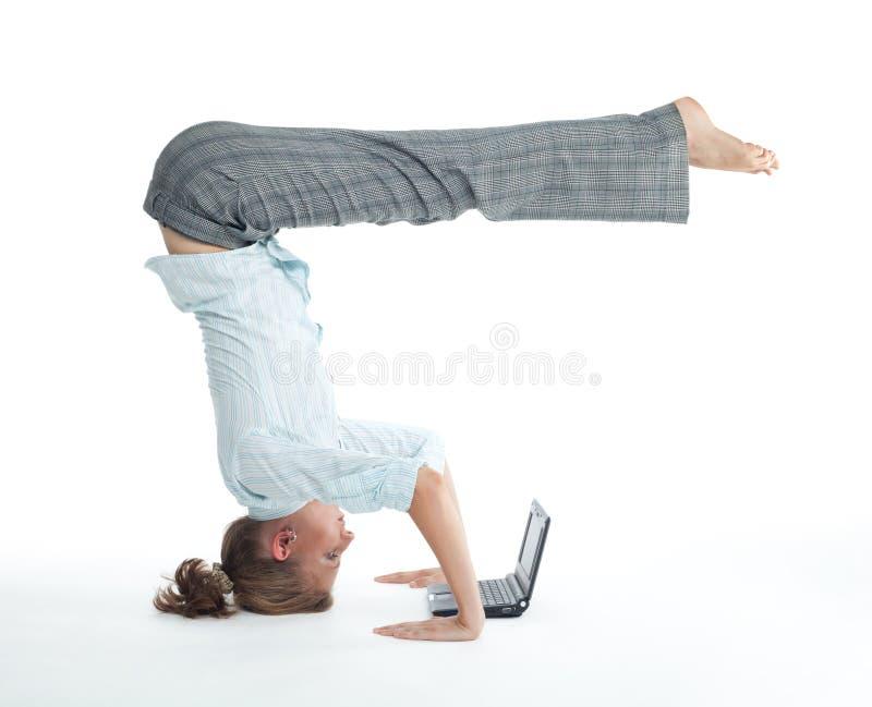 Mulher que consulta no pose incomun fotografia de stock