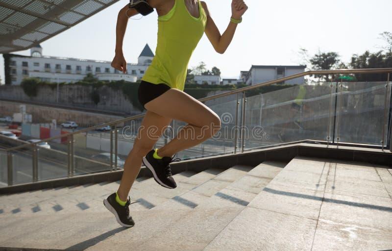 Mulher que corre acima as escadas da cidade que movimentam-se fotos de stock