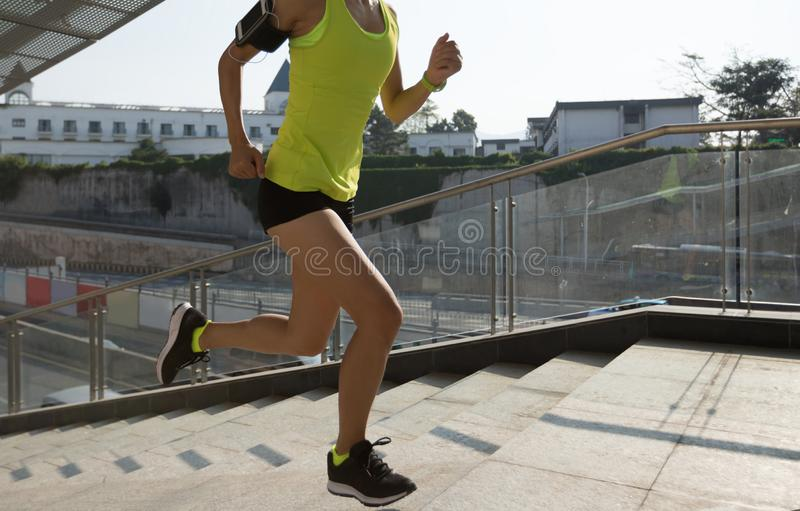 Mulher que corre acima as escadas da cidade que movimentam-se foto de stock royalty free