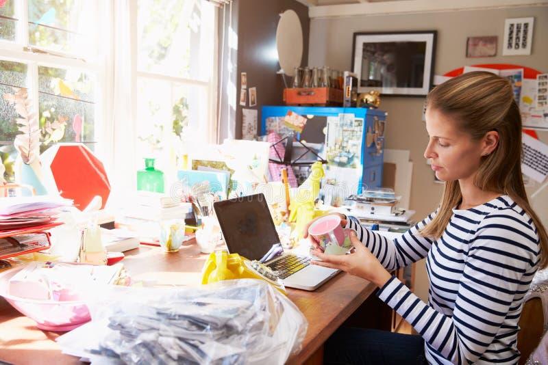Mulher que corre a empresa de pequeno porte do escritório domiciliário fotos de stock royalty free