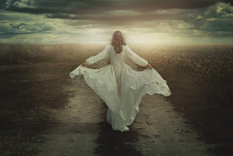Mulher que corre livre em uma terra desolada imagem de stock royalty free