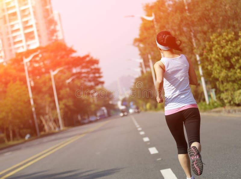 Mulher que corre na cidade imagens de stock royalty free
