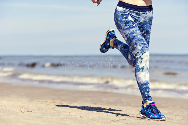 Mulher que corre na praia, espaço para a cópia fotos de stock royalty free
