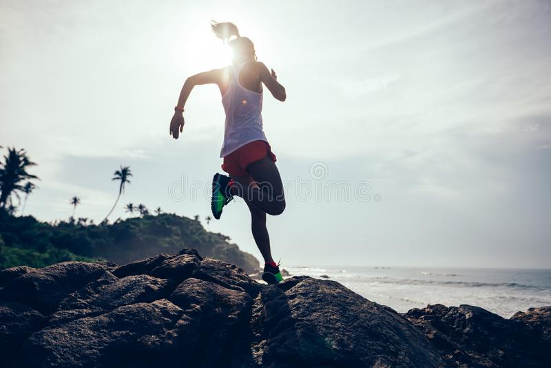 Mulher que corre na praia tropical imagem de stock royalty free
