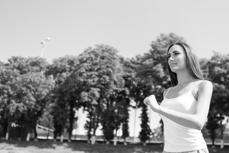 Mulher que corre na trilha da arena foto de stock