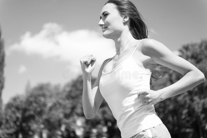 Mulher que corre na trilha da arena fotos de stock