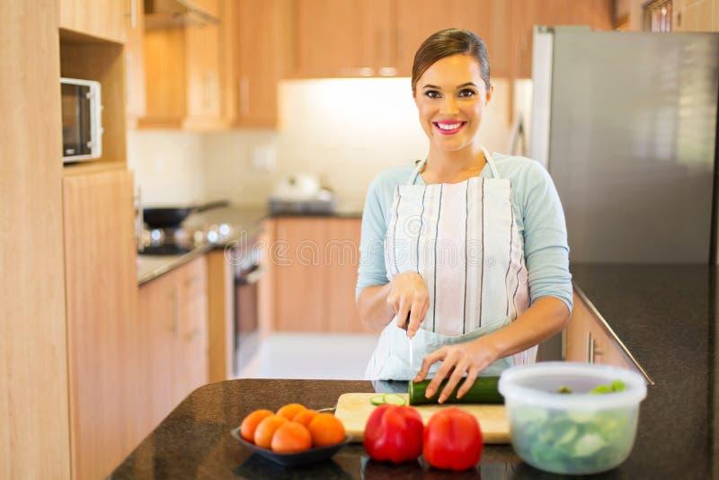 Mulher que cozinha em casa fotografia de stock royalty free