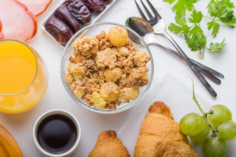 Mulher que cozinha ingredientes saudáveis do café da manhã do café da manhã, quadro do alimento Granola, ovo, datas, porcas, frut imagens de stock royalty free