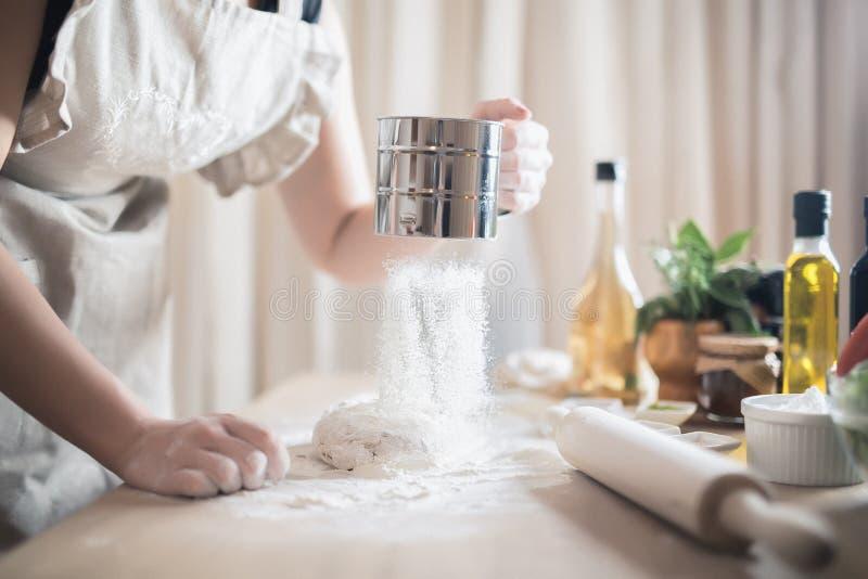 Mulher que cozinha o alimento equilibrado saudável carbohydrates Grões inteiras Conceito de dieta imagem de stock
