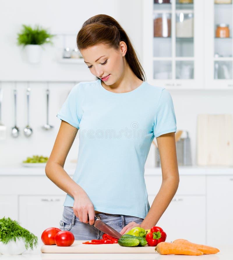 Mulher que cozinha o alimento saudável imagens de stock