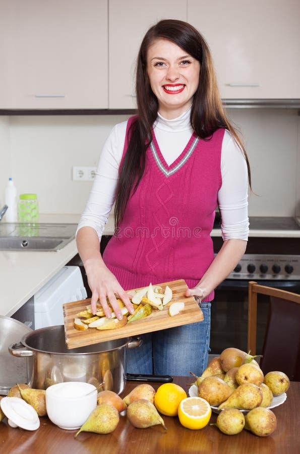 Mulher que cozinha o doce da pera imagem de stock