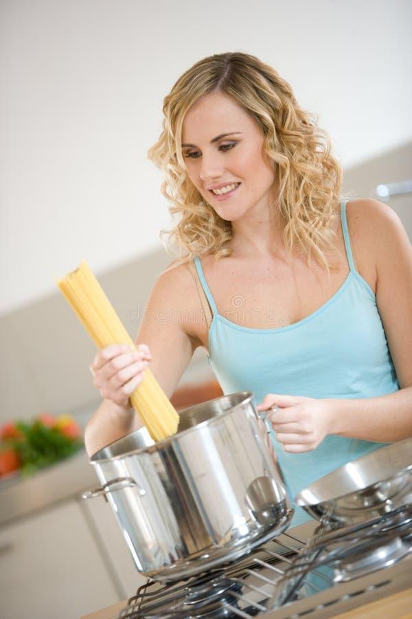 Mulher que cozinha o espaguete fotografia de stock royalty free