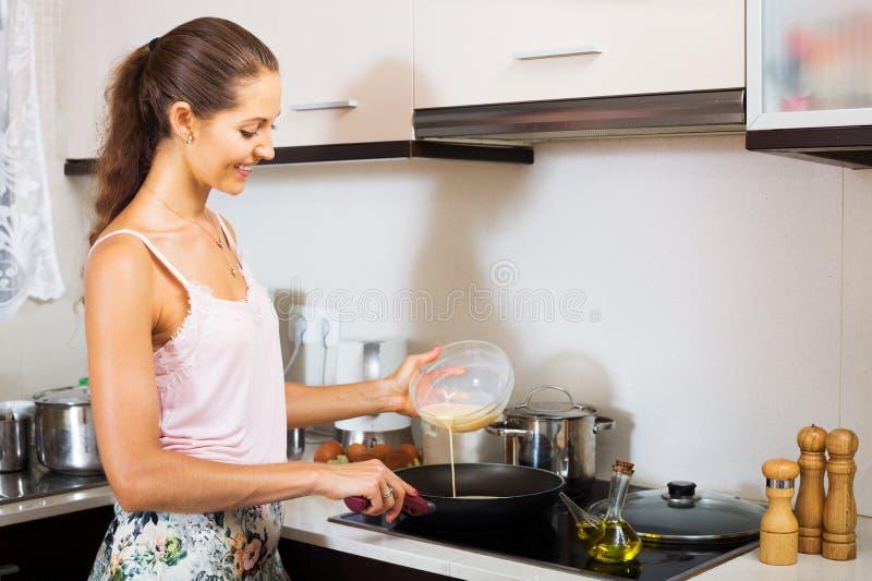 Mulher que cozinha o souffle do ovo imagens de stock royalty free