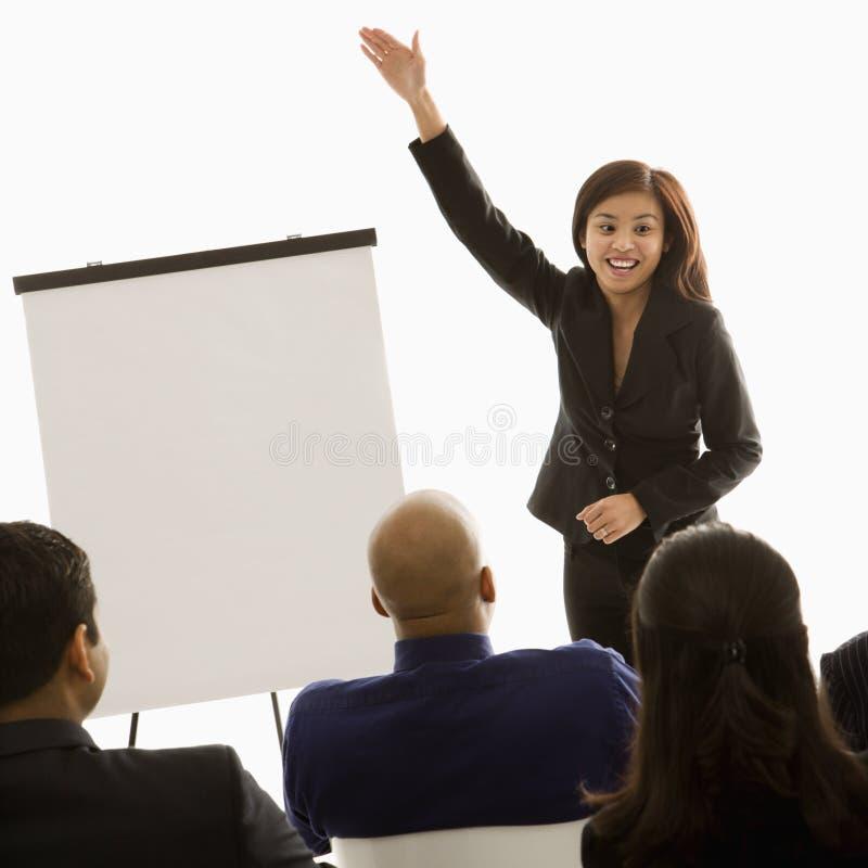 Mulher que dá a apresentação imagens de stock royalty free