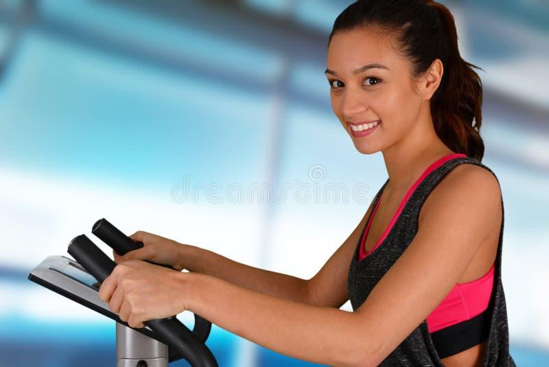Mulher que dá certo na bicicleta imagem de stock royalty free