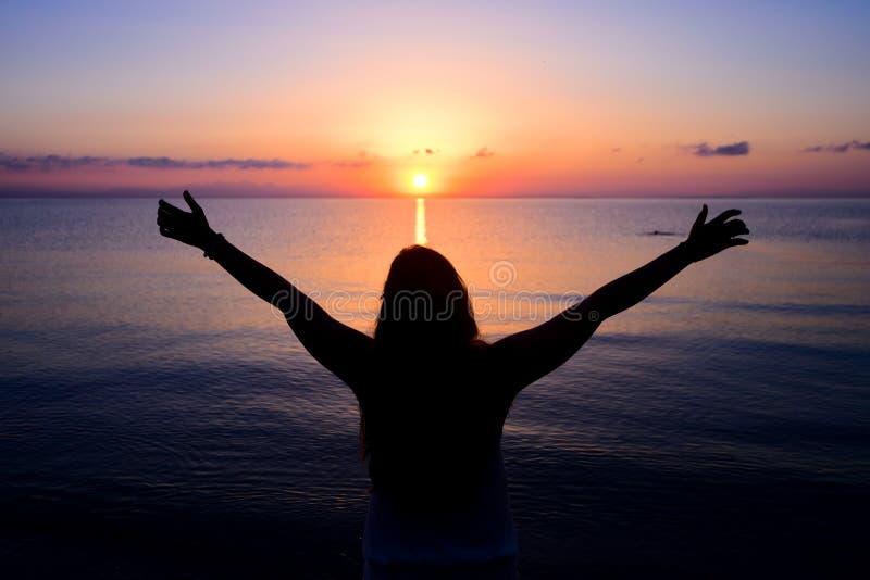 Mulher que dá o sol fotografia de stock